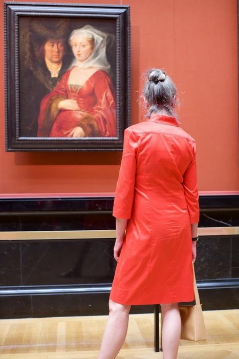 Дама в красном - будто бы странствующая дева из другой эпохи.