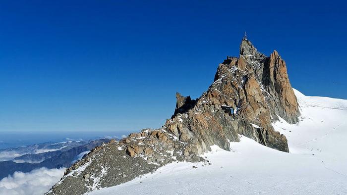 Смотровая площадка «Step Into the Void» установлена на вершине Эгюий-дю-Миди