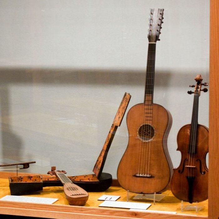 Коллекция музыкальных инструментов Страдивари в Национальном музыкальном музее Вермиллиона (штат Миннесота, США).