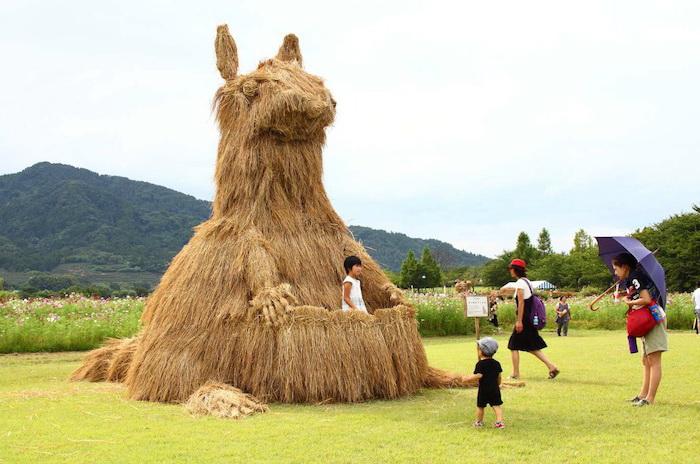 Ежегодный фестиваль соломенного искусства в Японии