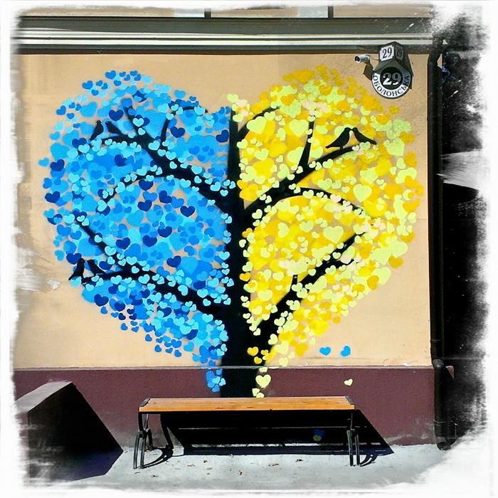 Лучшие образцы стрит-арта в Киеве: патриотичное дерево-сердце на Подоле