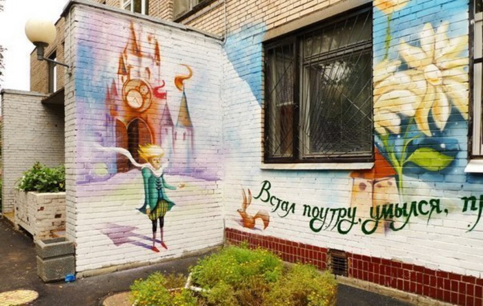 Маленький принц на стене корпуса детского сада