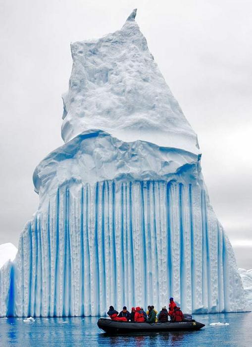 Синие полосы на айсберге - замерзшая пресная вода