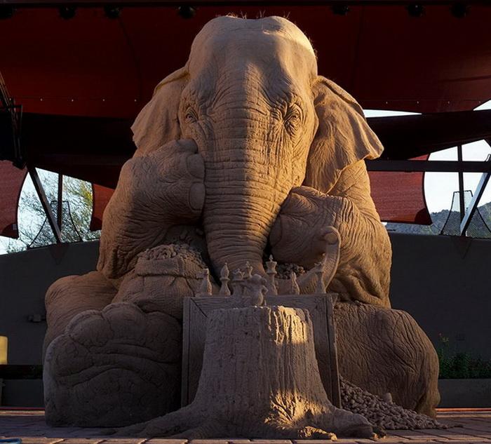 Слон и мышь играют в шахматы — скульптура из песка в полный размер