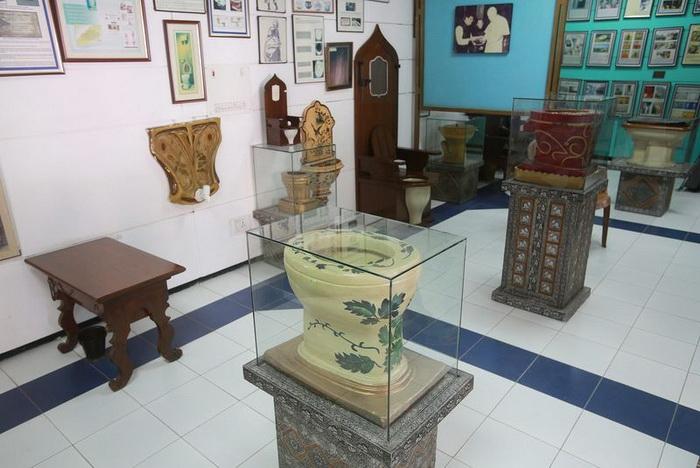 В музее представлены различные унитазы