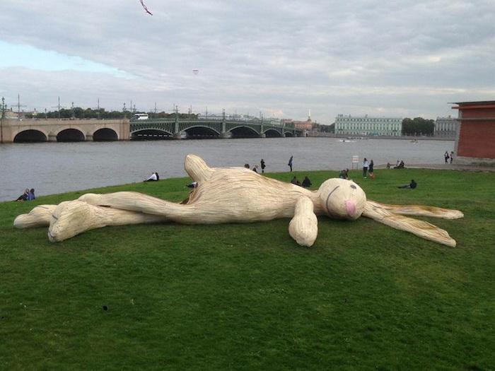 Скульптура гигантского зайца украшает Заячий остров (Санкт-Петербург)