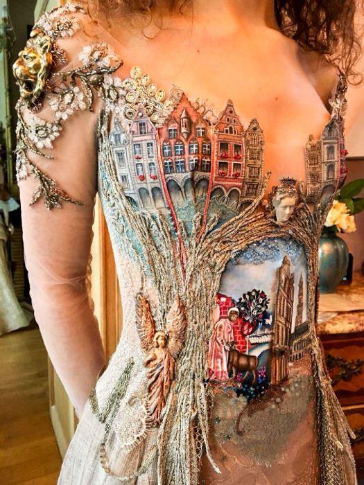 Платье с *городским* декором.