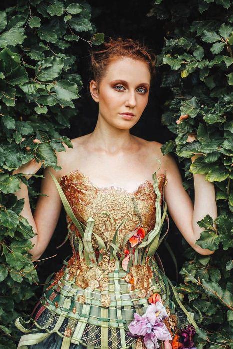 Платье с цветочными мотивами.