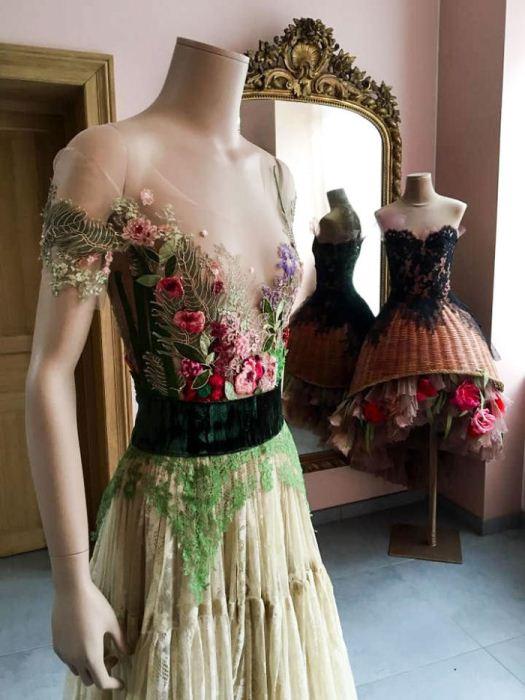 Платье с цветочным декором.
