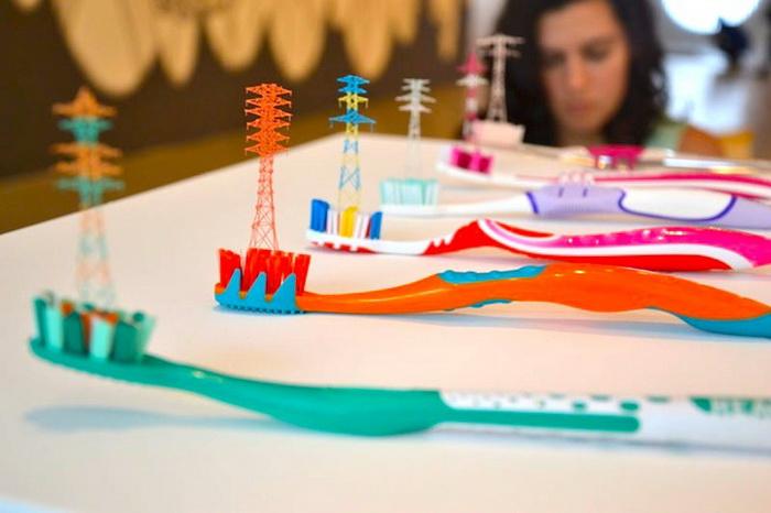 Разноцветные линии электропередач из зубных счеток