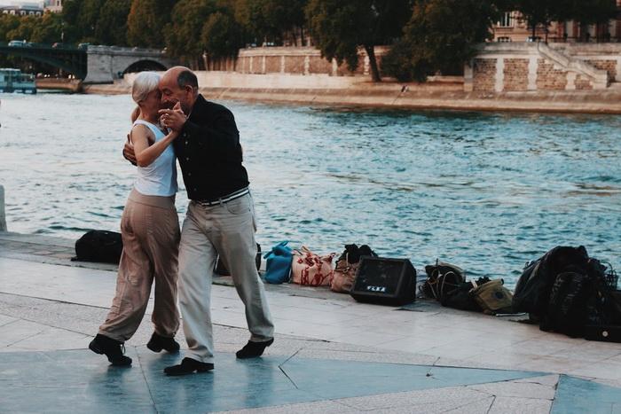 Танго на берегу Сены в Париже