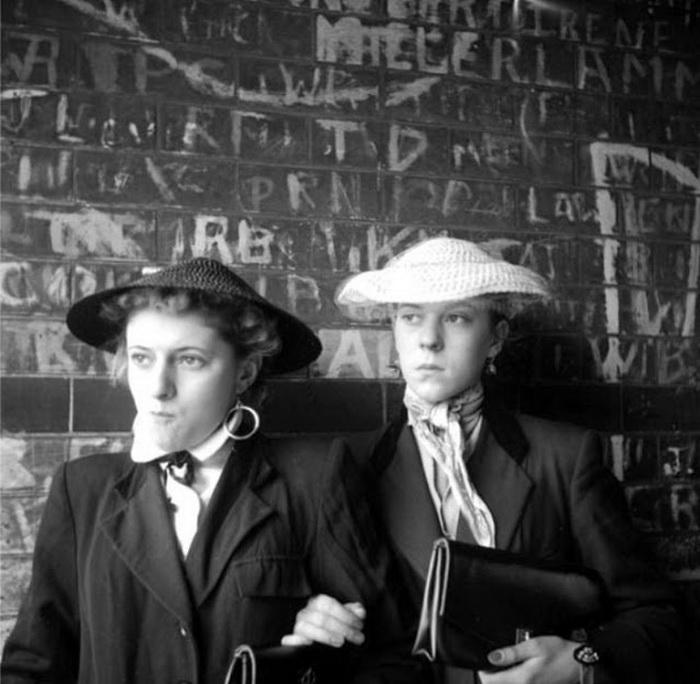Популярные аксессуары: соломенные шляпки, платки...