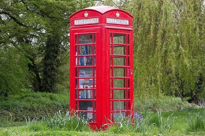 Традиционная красная телефонная будка - один из символов Англии