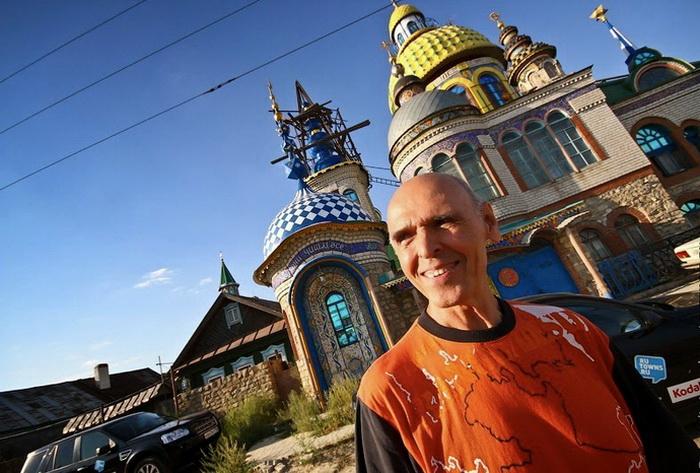 Ильдар Ханов на фоне Вселенского храма