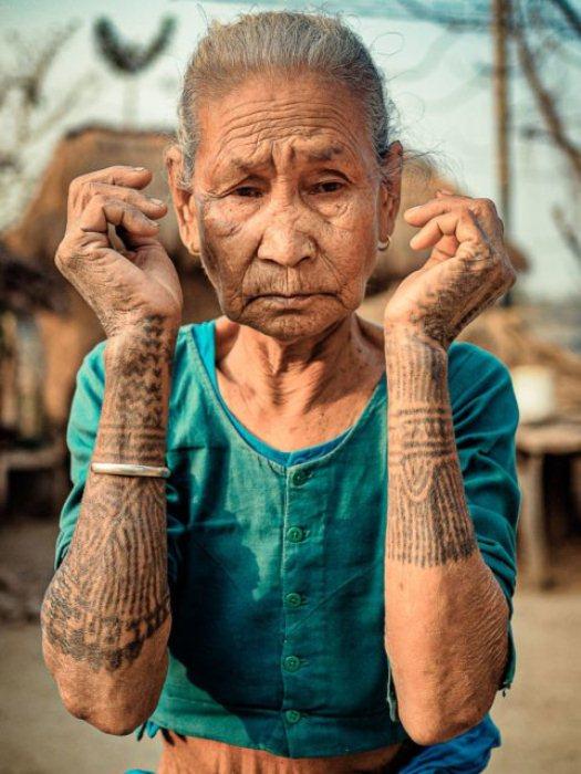 Одна из последних женщин с татуировками в племени.