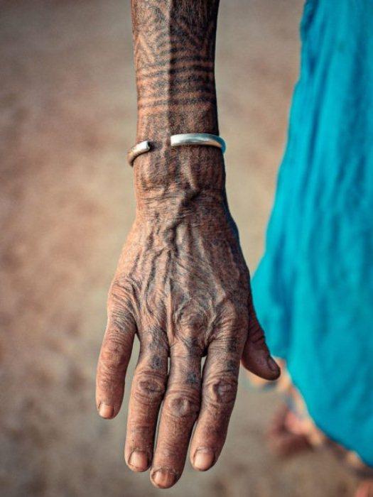 Руки женщины украшены татуировками.