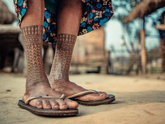 На ногах женщины - татуировка в виде носочков.