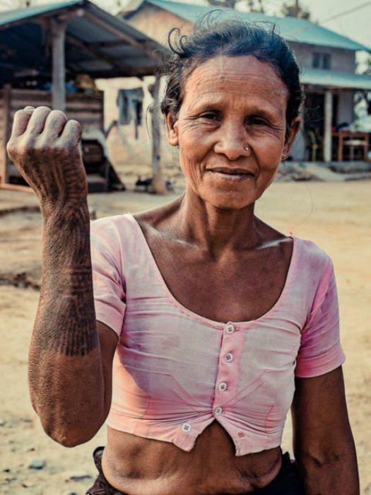 По одной из версий, такие татуировки украшают тело женщины для того, что ей было легче попасть в рай.