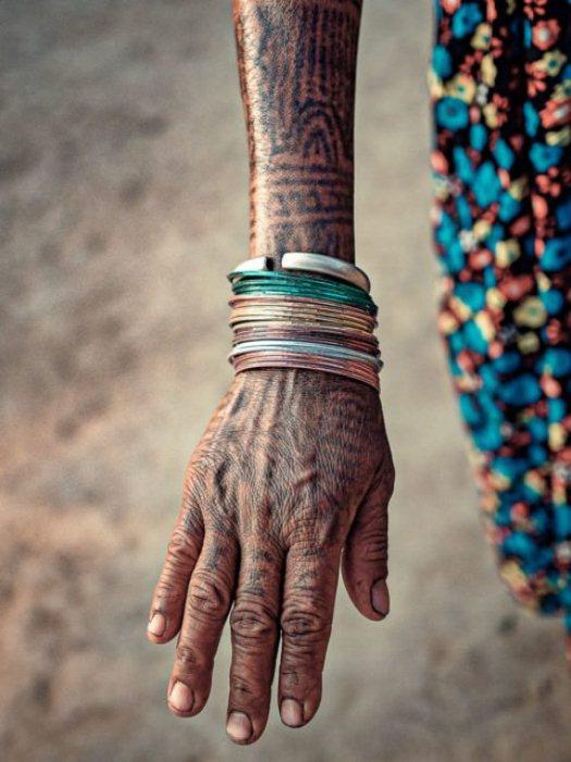 По другой версии, нанесение татуировок - обряд инициации для женщин.