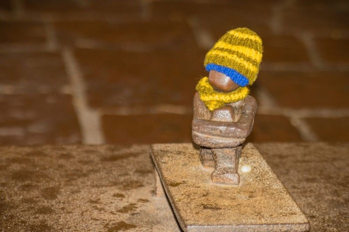 Местные жители одевают мальчика с приходом холодов