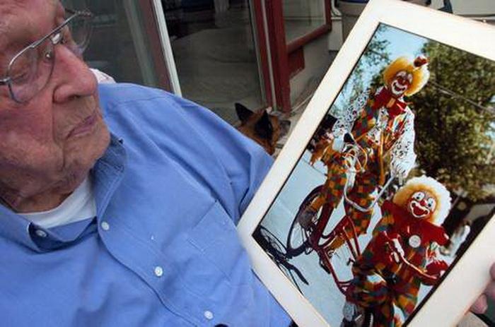Флойд Крикмор рассматривает фото, где он запечатлен в клоунском наряде во время парада 1988 года в Монтане