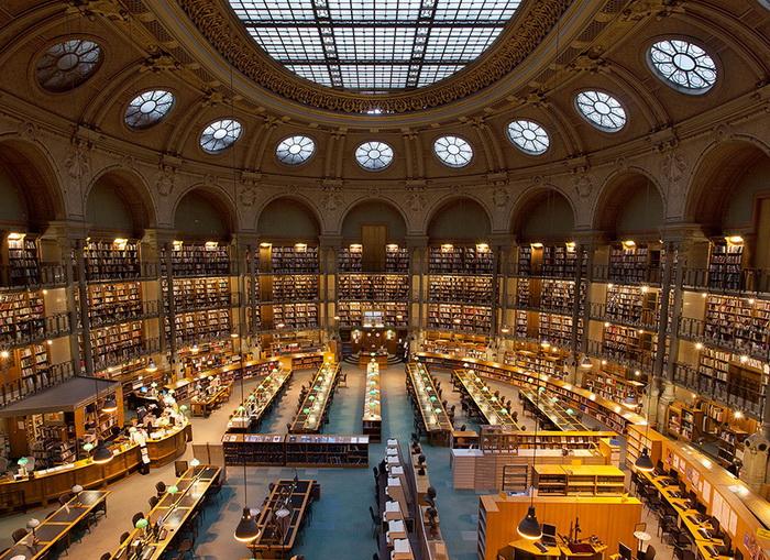 Огромный книжный магазин, полный посетителей