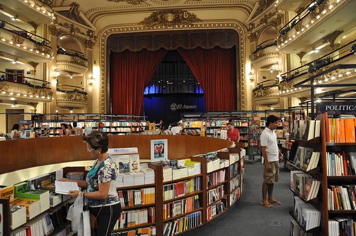 Современный книжный магазин в историческом здании