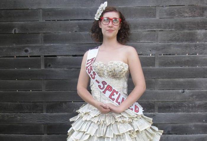 Мисс Правописание. Актриса Джоди Филлипс в платье из старого словаря