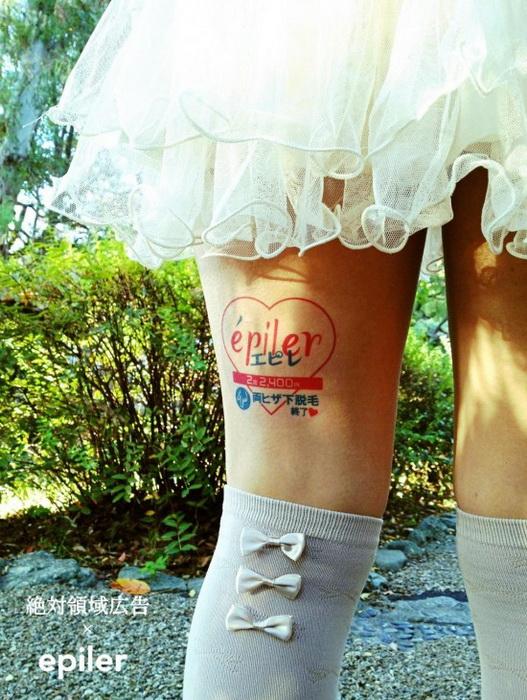Рекламные наклейки на обнаженных женских ногах