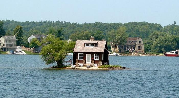 Крохотный остров архипелага *Тысяча островов*