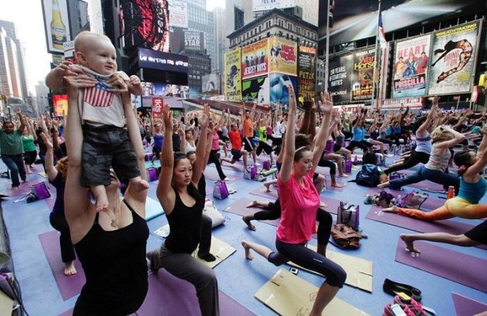 Йоги на Таймс-сквер в день летнего солнцестояния (Нью-Йорк)
