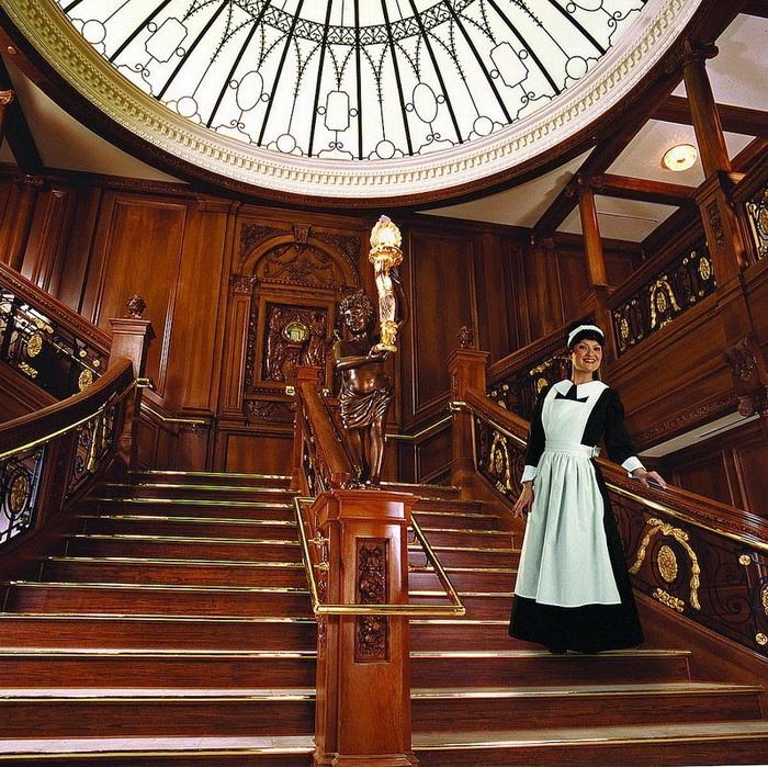 Горничная на ступенях парадной лестницы