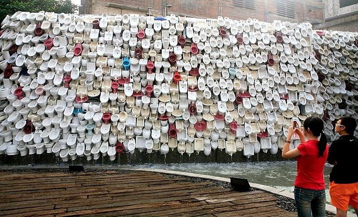 Водопад из унитазов в Китае