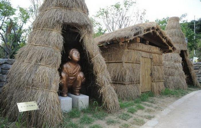 Скульптуры показывают историю развития туалетов от древнего мира до современности