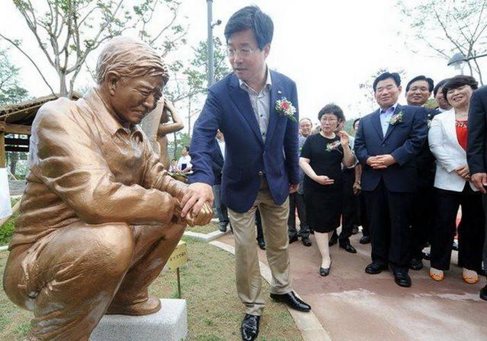 Бронзовые скульптуры украшают аллеи Парка туалетной культуры в Сувоне (Южная Корея)