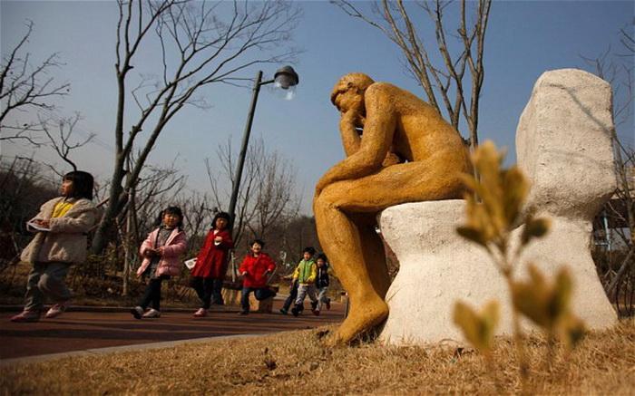 Аллюзия к скульптуре Родена. Мыслитель в Парке туалетной культуры