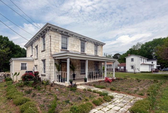 Дом, облицованный кусками надгробных плит.