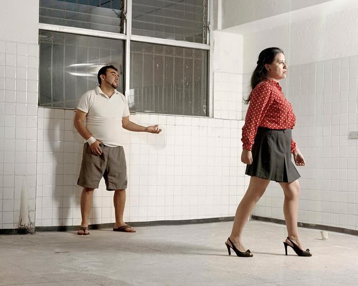 Женщин морально унижают, заставляя носить мини-юбки и каблуки.