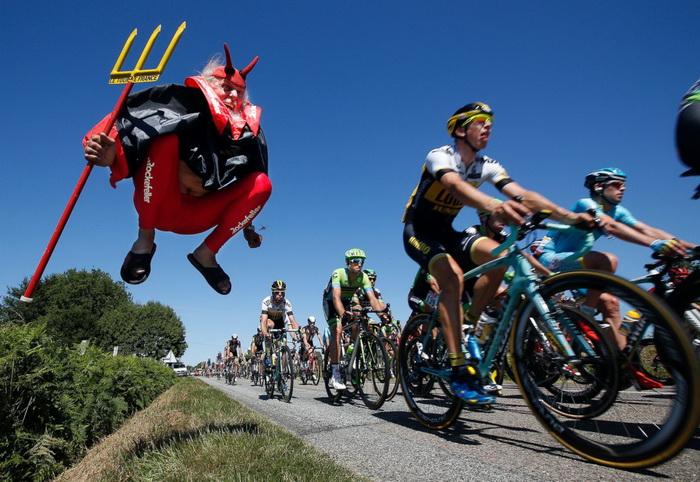 Тур де Франс, Ливаро - Фужер, 2015. Заядлый болельщик Диди Сенфт, более известный под ником Дьявол