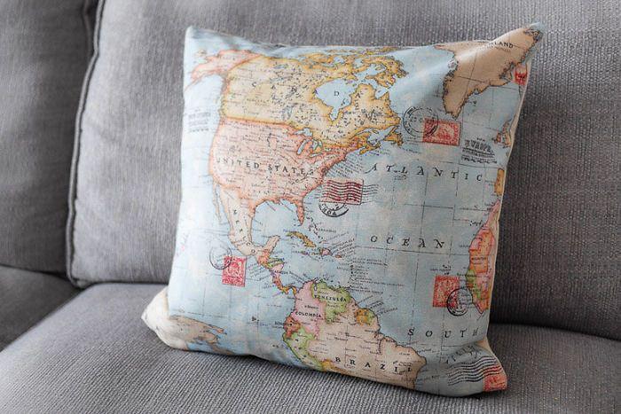 Подушка с картой мира