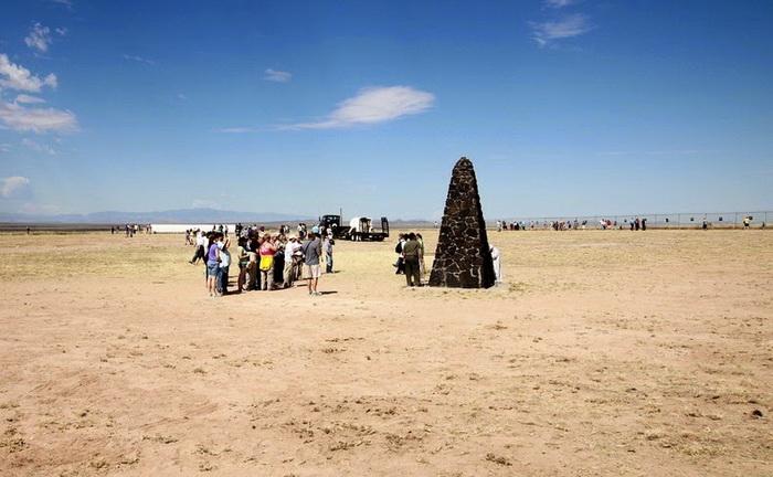 Место взрыва первой ядерной бомбы (Аламогордо, Нью-Мексика, США)