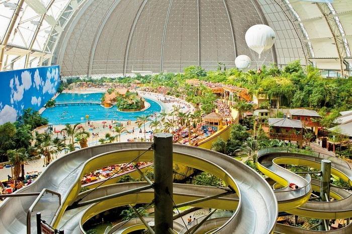 25-метровая водная горка - одно из развлечений в Tropical Islands