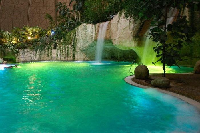 Бассейны в парке развлечений Tropical Islands