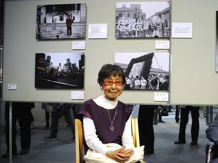 Tsuneko Sasamoto на выставке своих работ