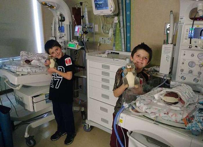 Мальчики регулярно проведывали сестричек в больнице после рождения.