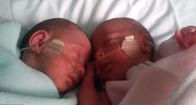 Новорожденные близняшки.