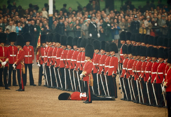 Гвардеец упал в обморок, почетный караул не реагирует
