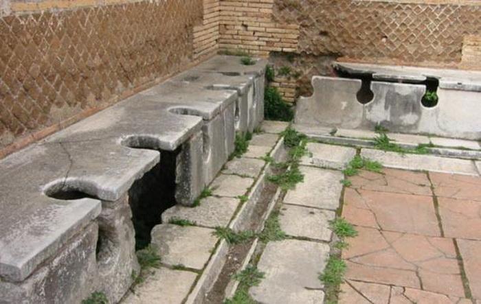 Проточный общественный туалет Древнего Рима