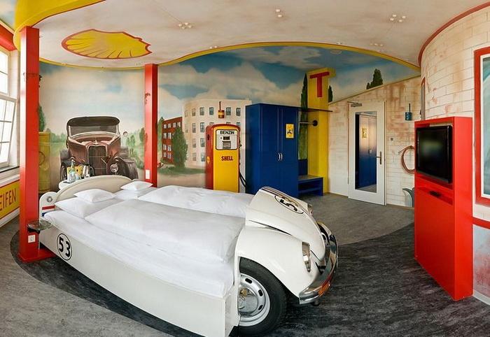 Одна из комнат отеля V8 стилизована под автозаправку