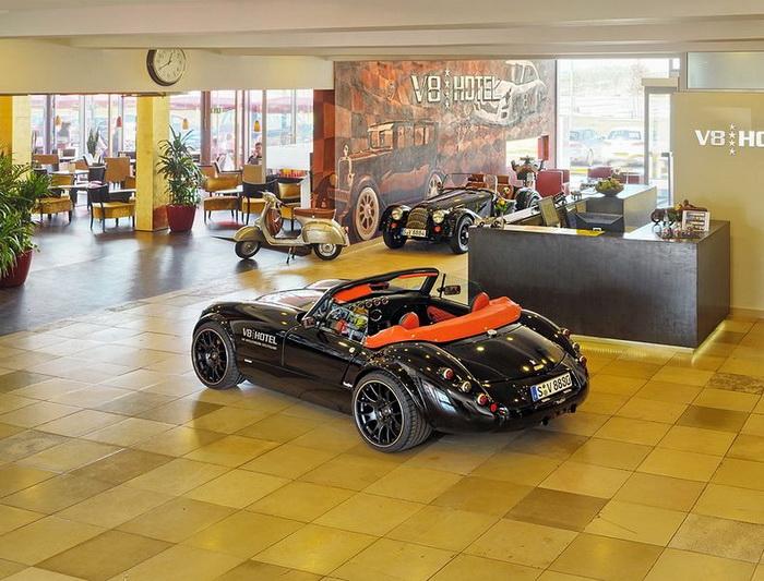 Холл отеля V8 напоминает элитную автосотоянку